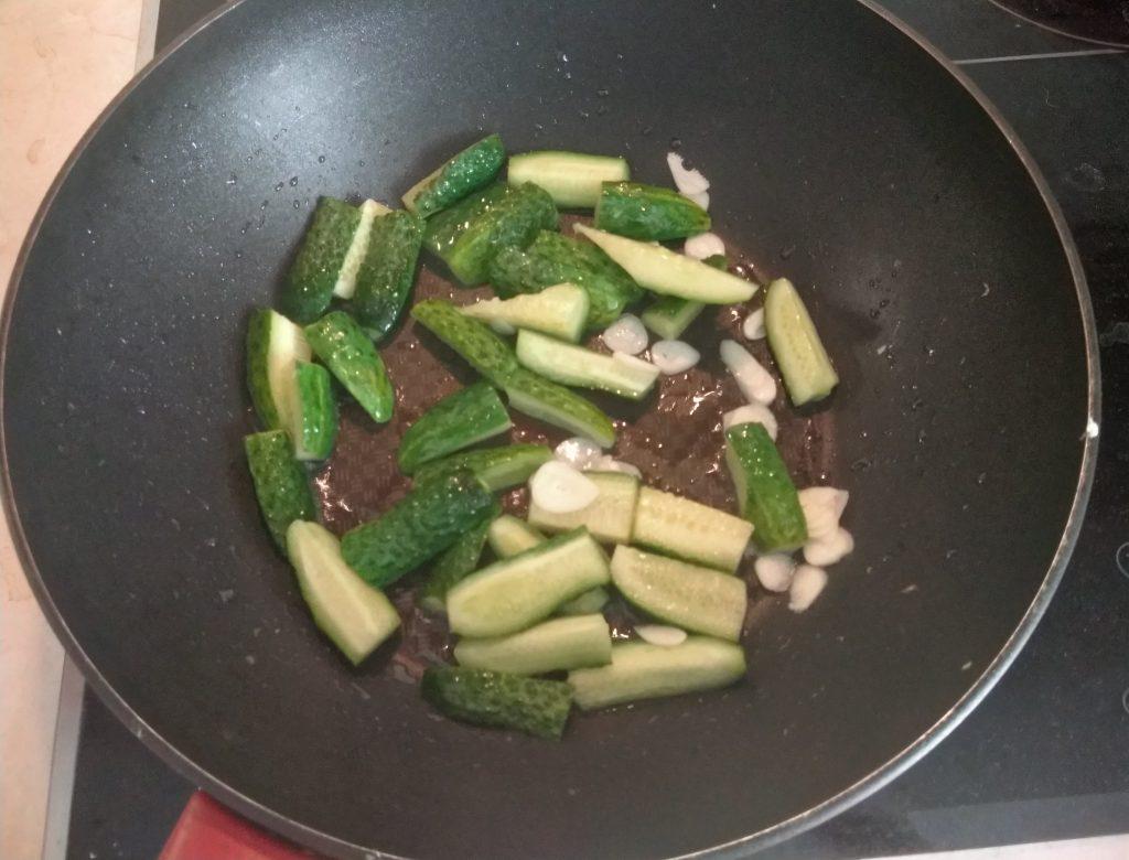 Фото рецепта - Жаренные огурцы по-китайски - шаг 3