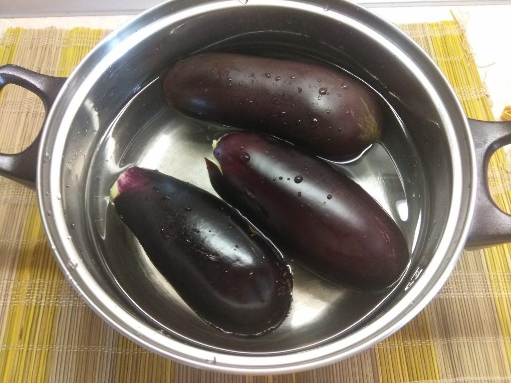 Фото рецепта - Запеченные пенечки из баклажанов и помидоров с грудинкой - шаг 1