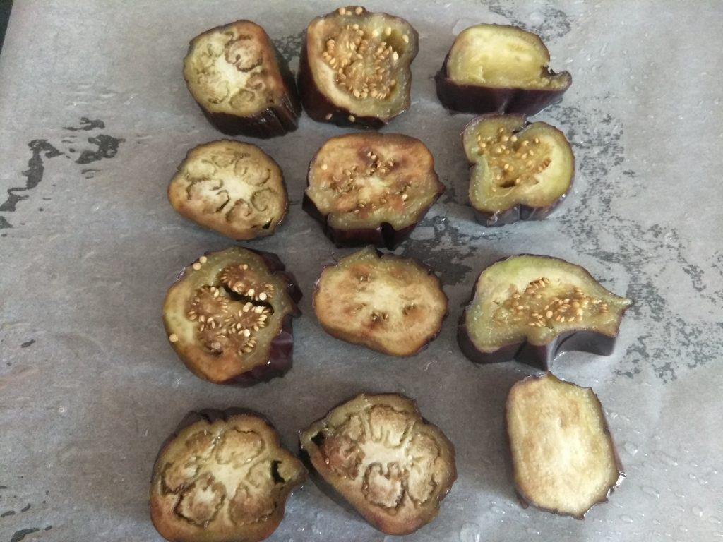 Фото рецепта - Запеченные пенечки из баклажанов и помидоров с грудинкой - шаг 2