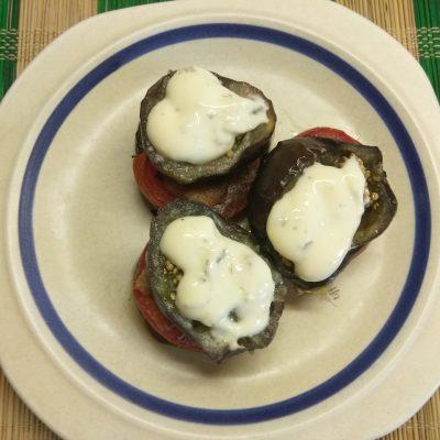 Запеченные пенечки из баклажанов и помидоров с грудинкой - рецепт с фото