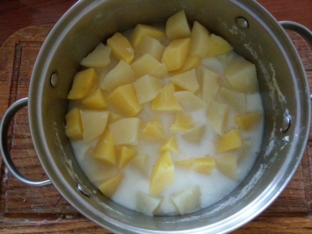 Фото рецепта - Картофельное пюре с творогом и зеленью на молоке - шаг 1