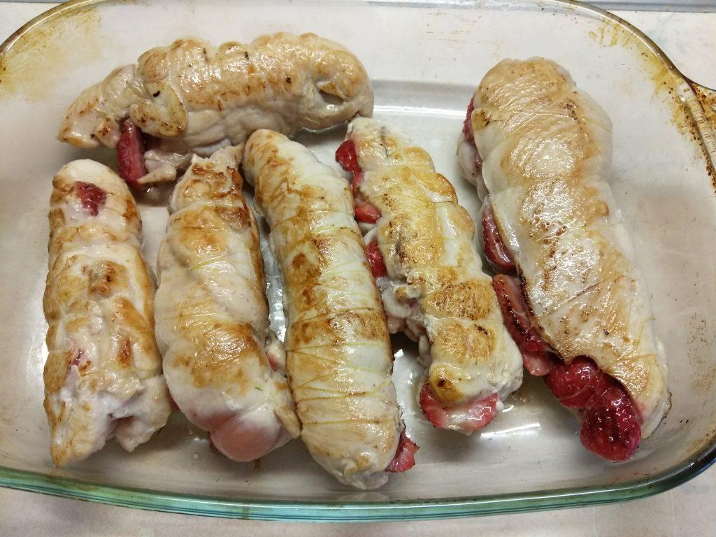 Фото рецепта - Запеченные куриные кармашки, фаршированные клубникой - шаг 5
