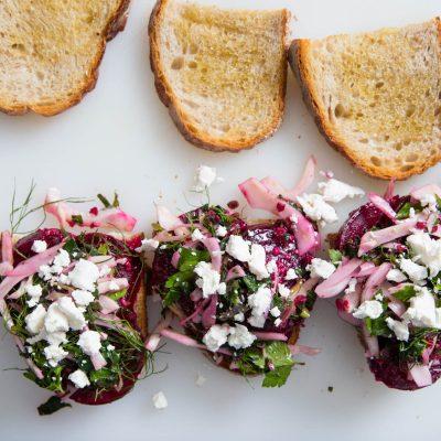 Постный бутерброд со свеклой и сыром - рецепт с фото