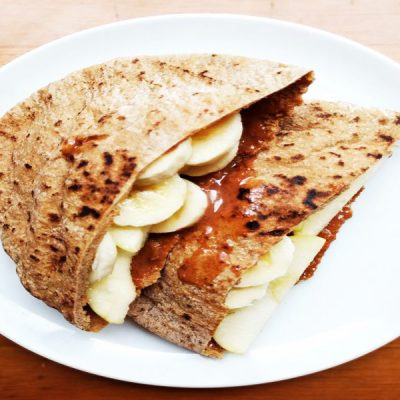 Завтрак из лепешки с бананом и  яблоком - рецепт с фото
