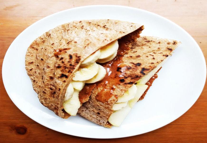 Завтрак из лепешки с бананом и  яблоком