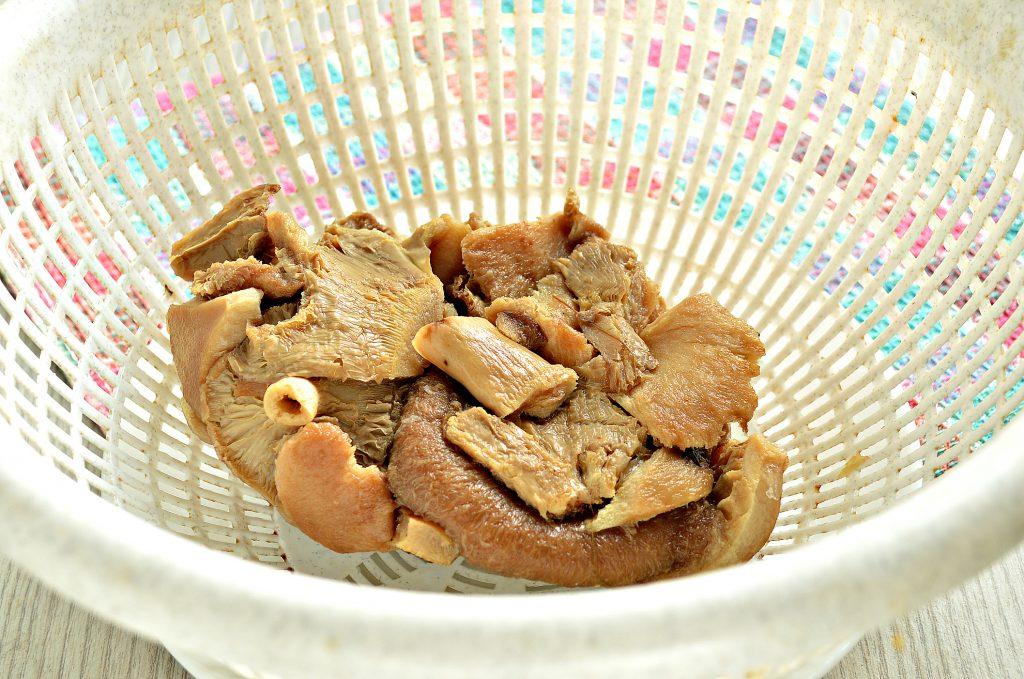 Фото рецепта - Замороженные грибы на сковороде с картофелем и овощами - шаг 1