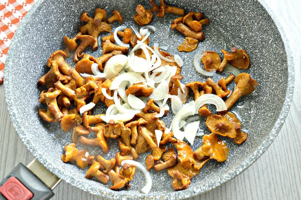 Фото рецепта - Картофель, жареный с лисичками - шаг 2