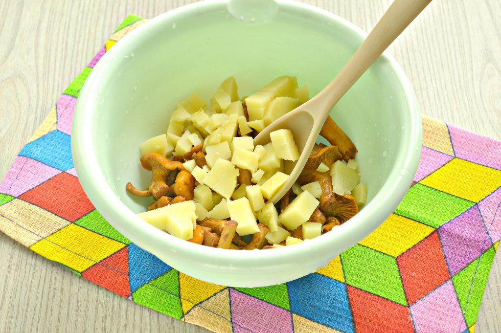 Фото рецепта - Постный салат с лисичками, картофелем и огурчиком - шаг 2