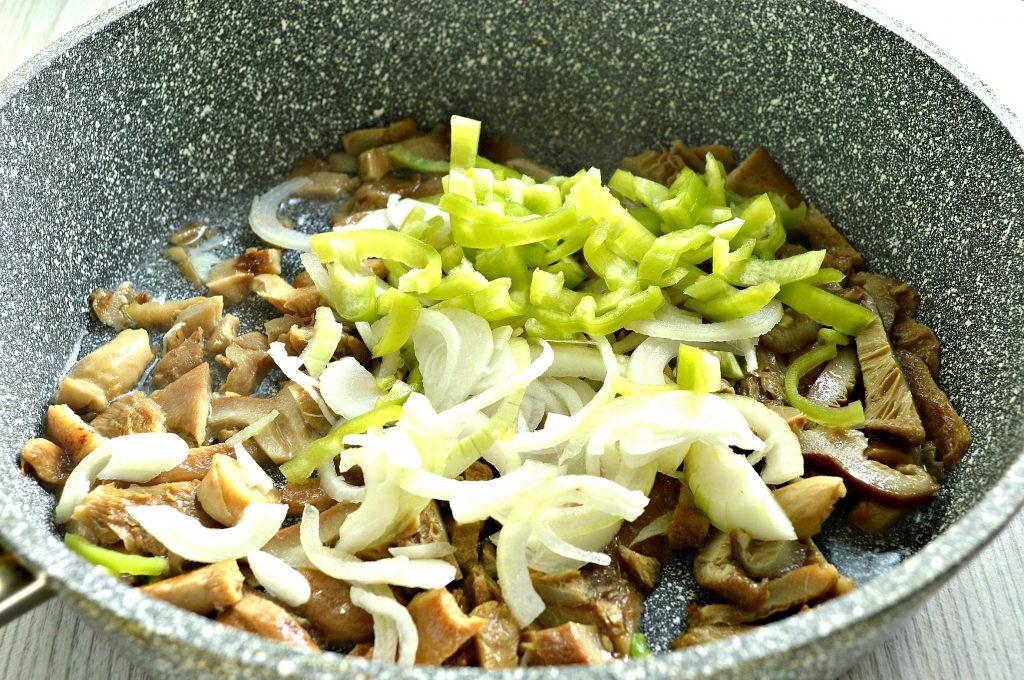 Фото рецепта - Замороженные грибы на сковороде с картофелем и овощами - шаг 3