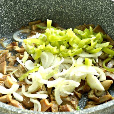 замороженные грибы на сковороде