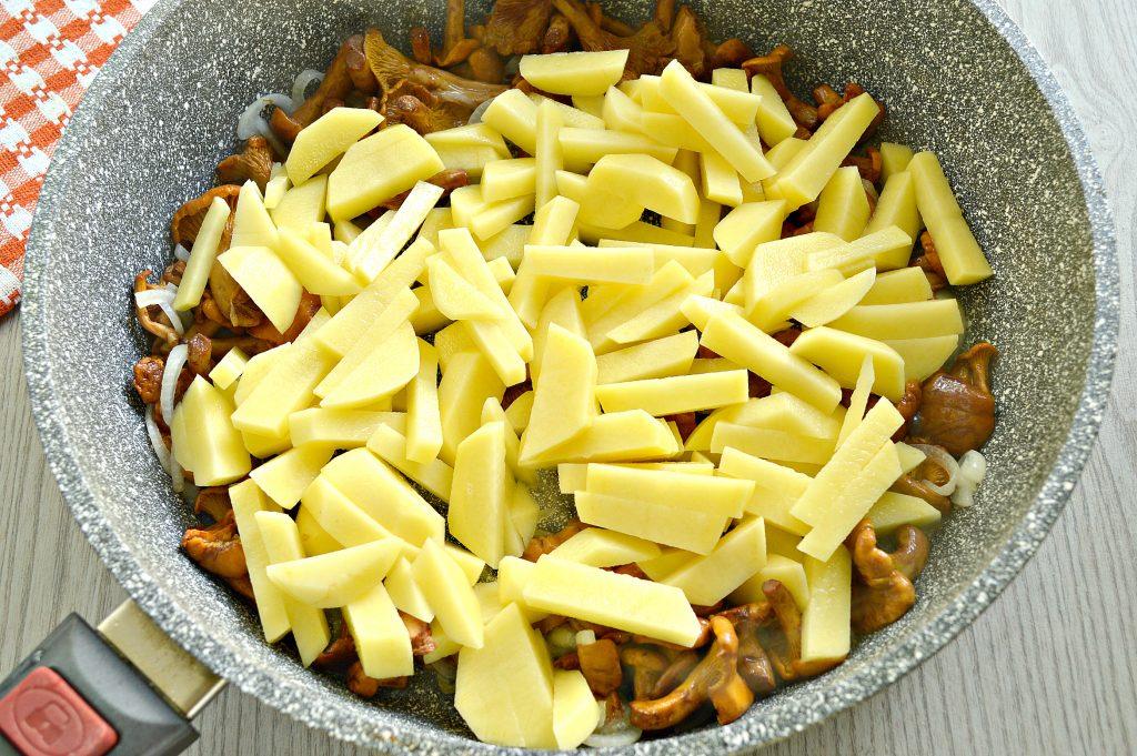 Фото рецепта - Картофель, жареный с лисичками - шаг 3