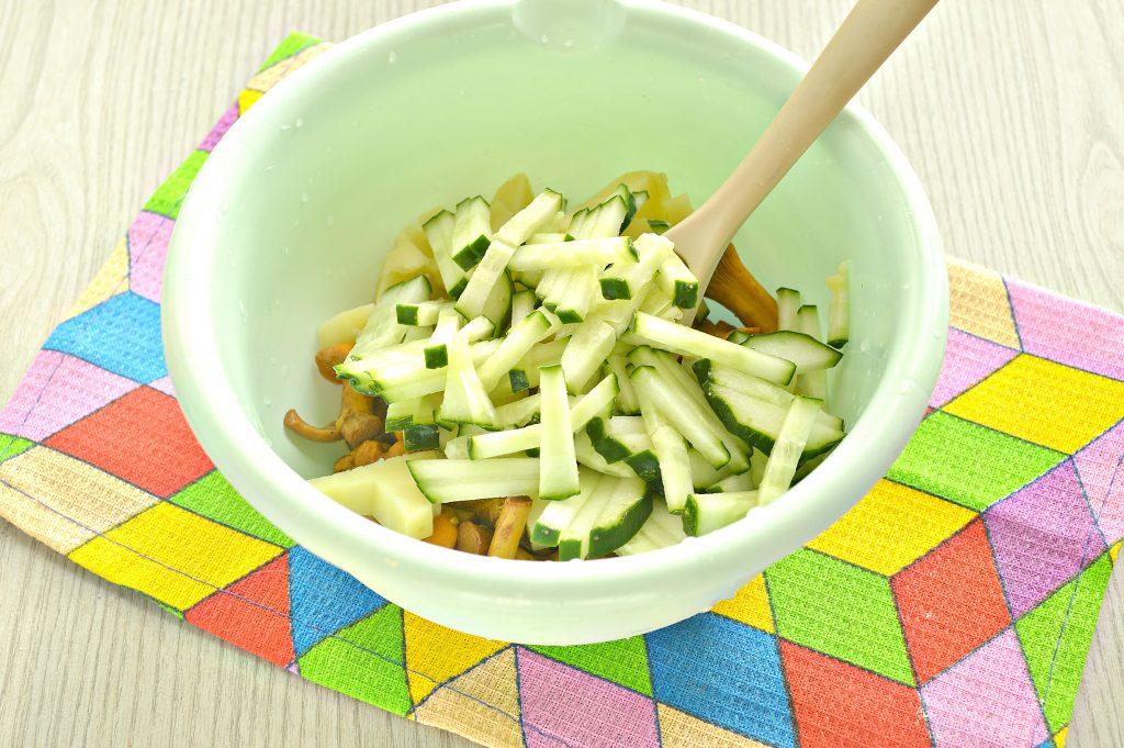 Фото рецепта - Постный салат с лисичками, картофелем и огурчиком - шаг 3
