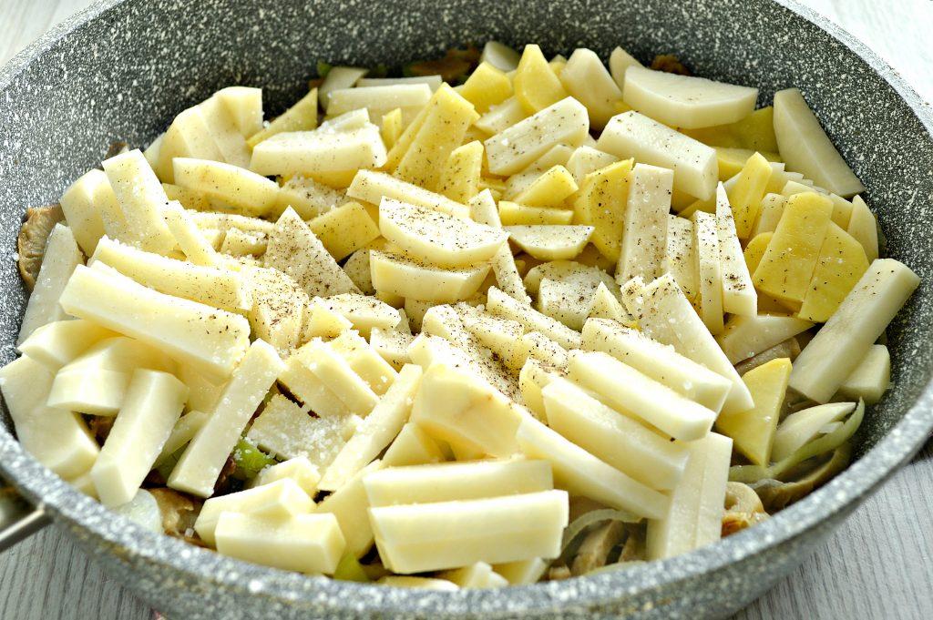 Фото рецепта - Замороженные грибы на сковороде с картофелем и овощами - шаг 4
