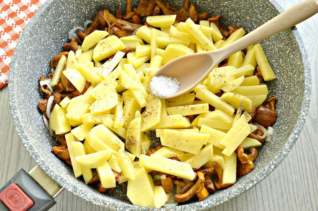 Фото рецепта - Картофель, жареный с лисичками - шаг 4