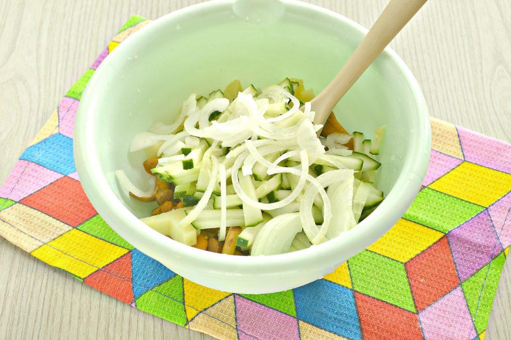 Фото рецепта - Постный салат с лисичками, картофелем и огурчиком - шаг 4