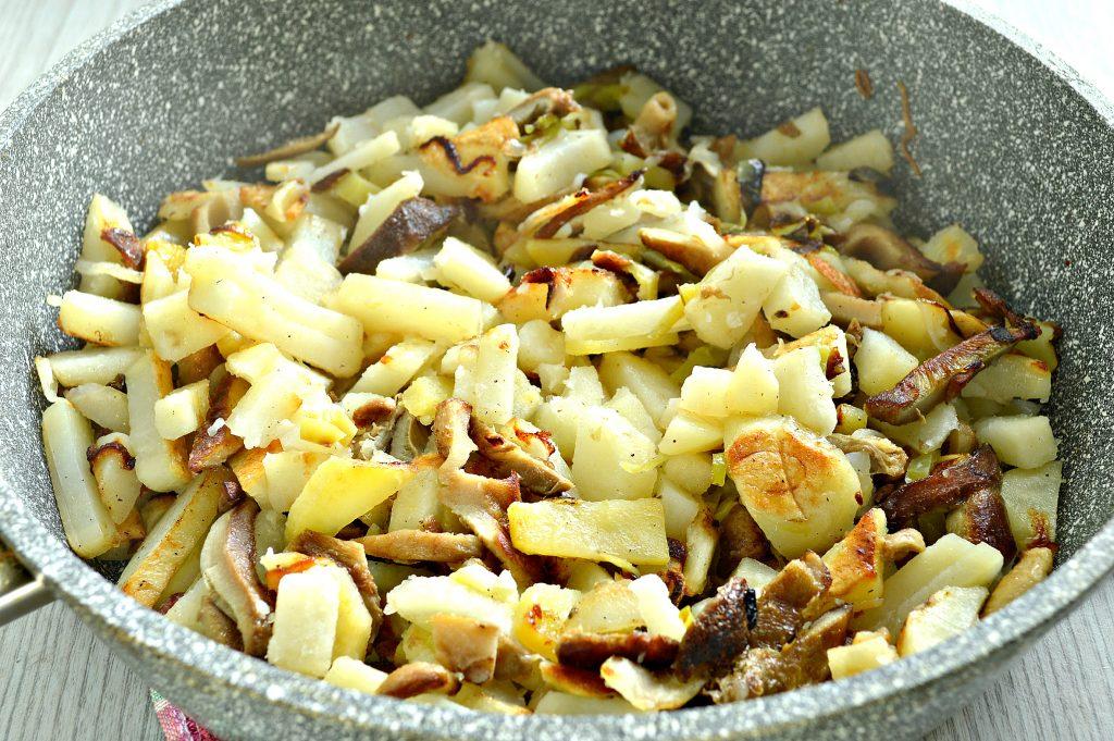 Фото рецепта - Замороженные грибы на сковороде с картофелем и овощами - шаг 5