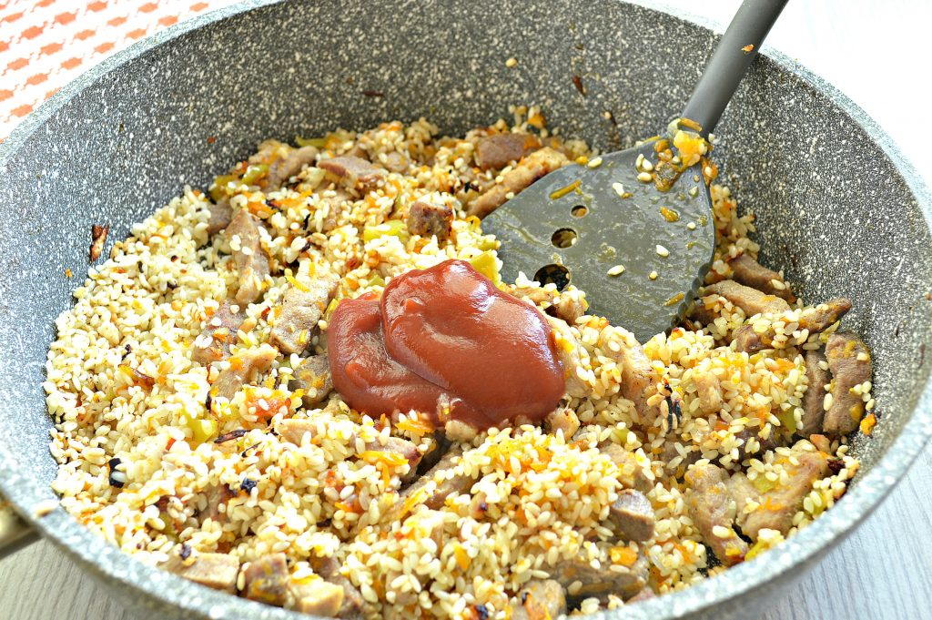 Фото рецепта - Плов со свининой и овощами на сковороде - шаг 5