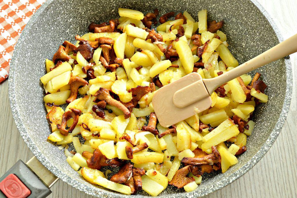 Фото рецепта - Картофель, жареный с лисичками - шаг 5