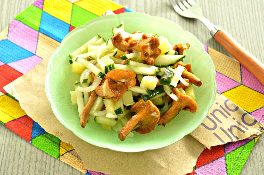 Фото рецепта - Постный салат с лисичками, картофелем и огурчиком - шаг 5