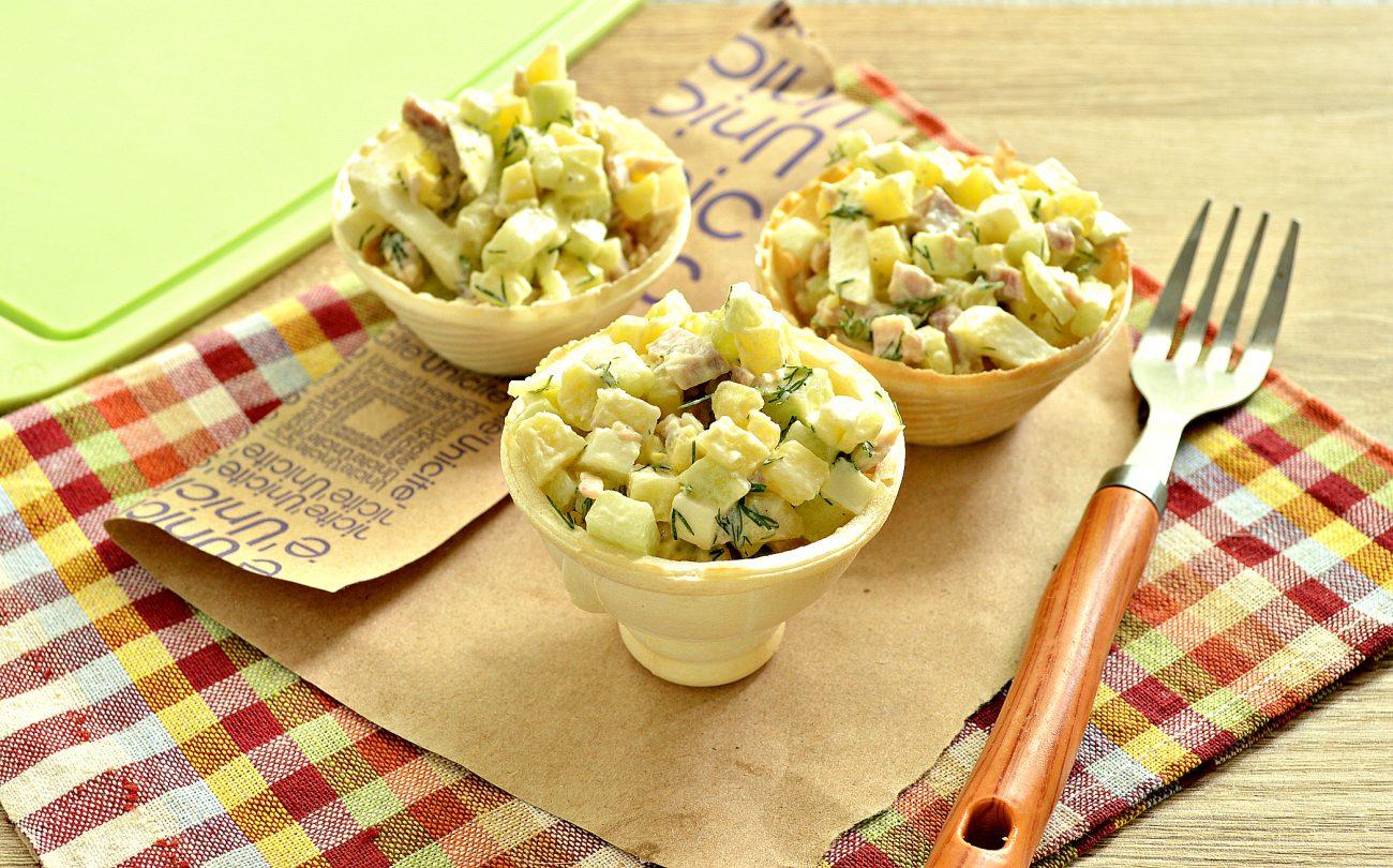 Мясной салат с индейкой в тарталетках