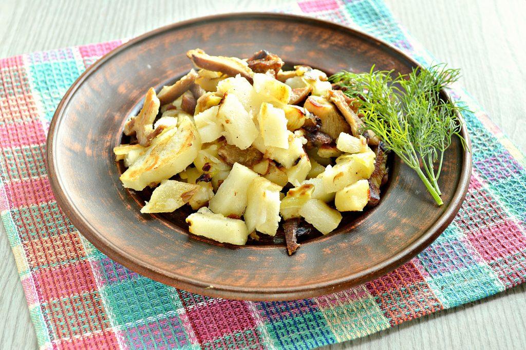 Фото рецепта - Замороженные грибы на сковороде с картофелем и овощами - шаг 6