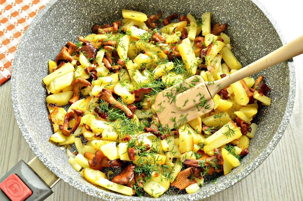 Фото рецепта - Картофель, жареный с лисичками - шаг 6