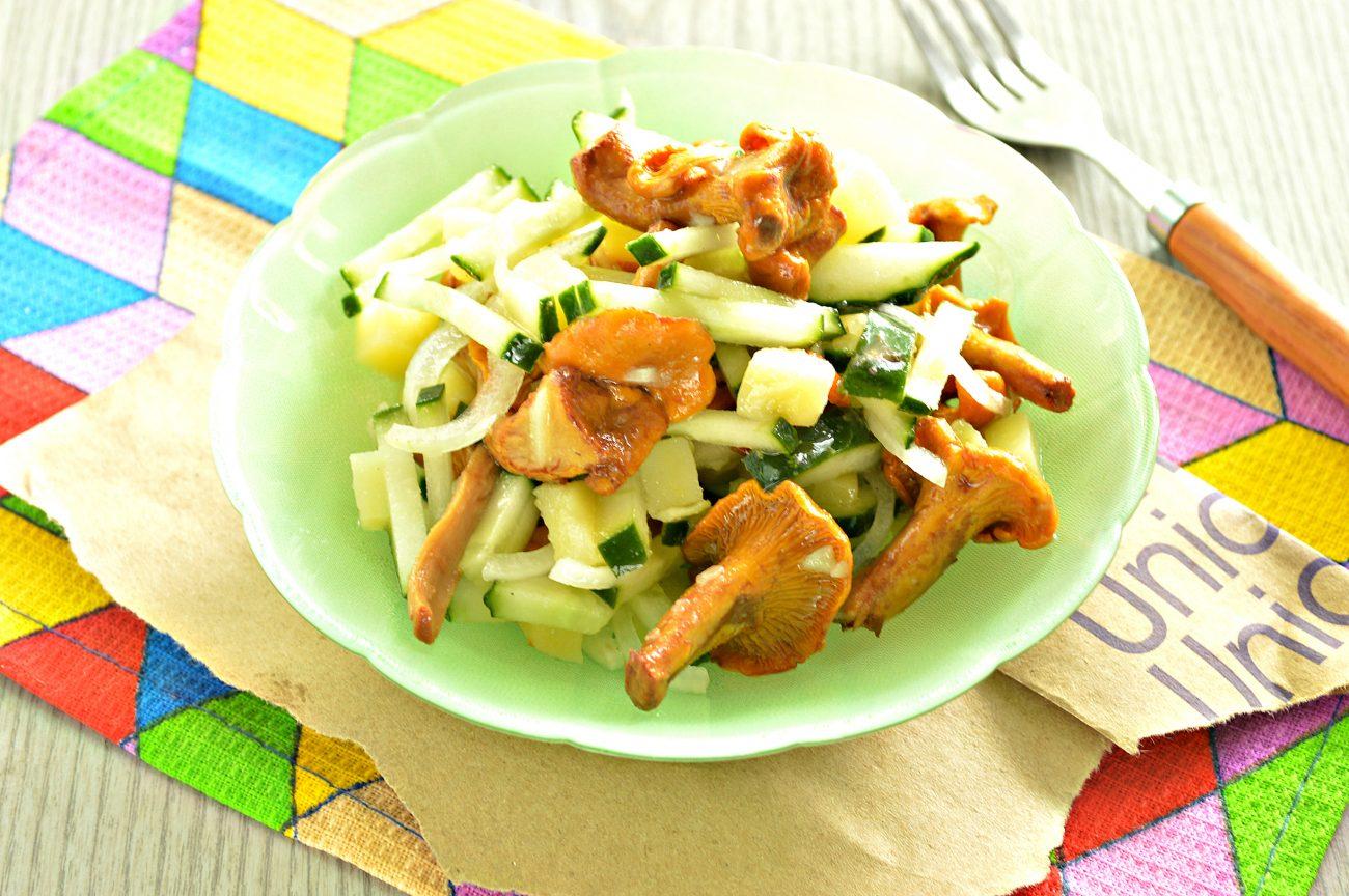 Постный салат с лисичками, картофелем и огурчиком