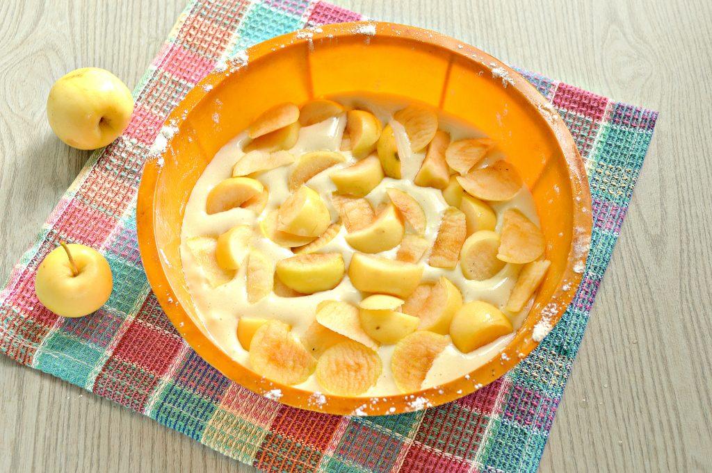 Фото рецепта - Быстрый яблочный пирог с ранетками - шаг 7