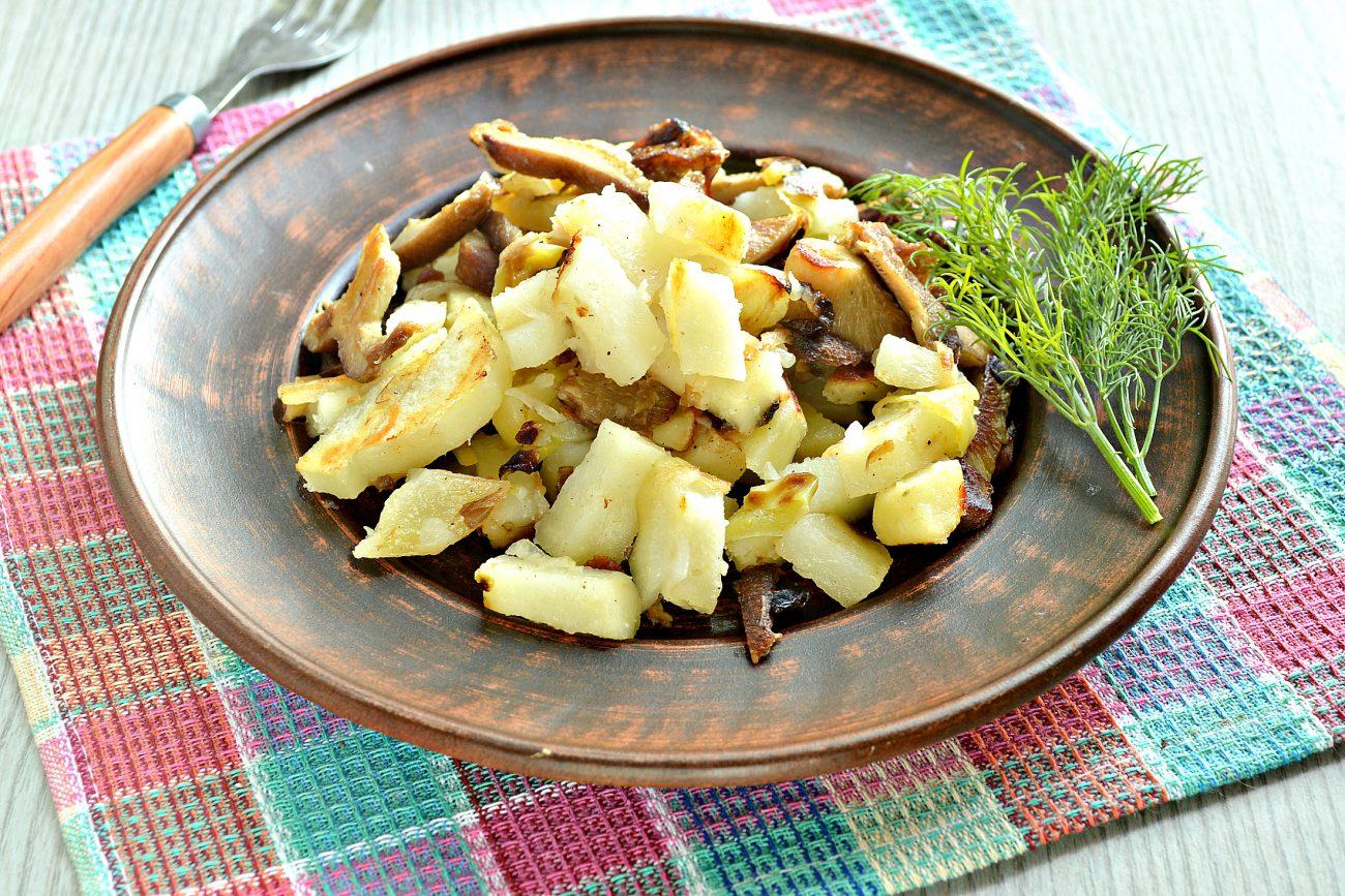 Замороженные грибы на сковороде с картофелем и овощами