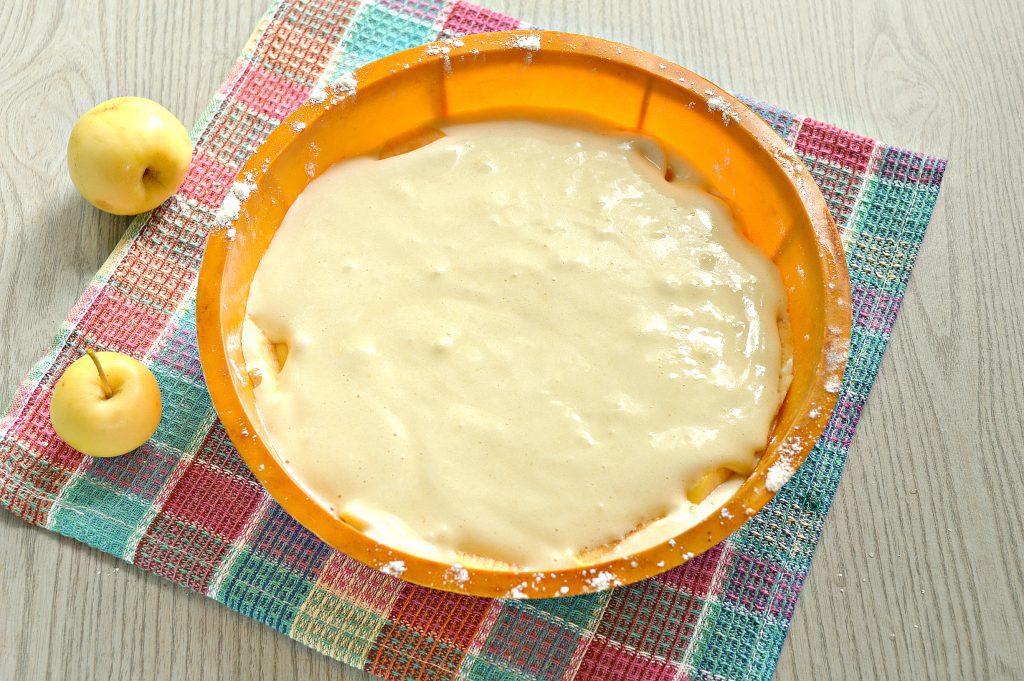 Фото рецепта - Быстрый яблочный пирог с ранетками - шаг 8