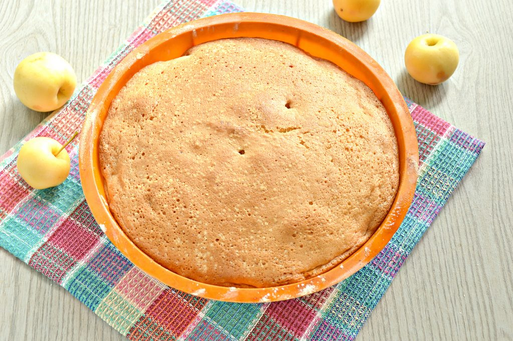 Фото рецепта - Быстрый яблочный пирог с ранетками - шаг 9