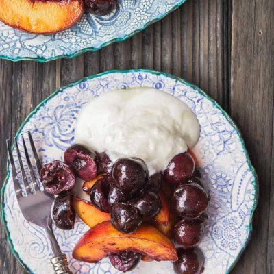 Десертный салат из вишни и персиков - рецепт с фото