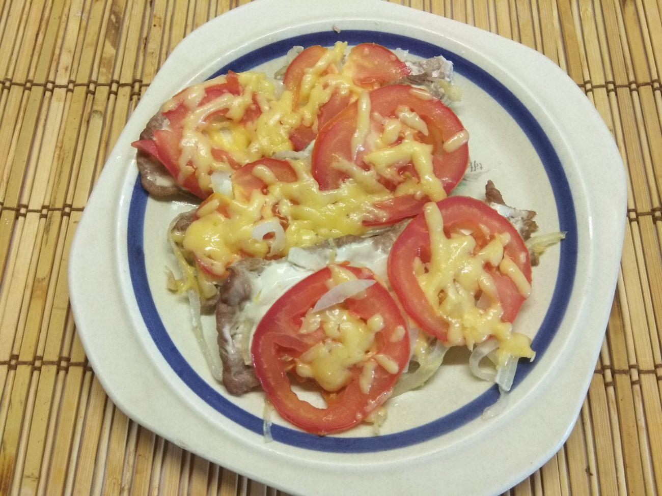 Запеченное мясо по-французски с помидорами