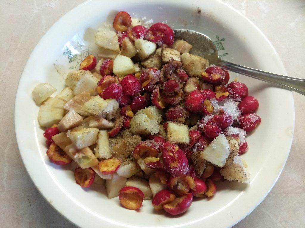 Фото рецепта - Вареники с яблоками и боярышником - шаг 3