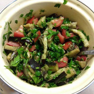 Салат из баклажанов, помидоров и зелени - рецепт с фото
