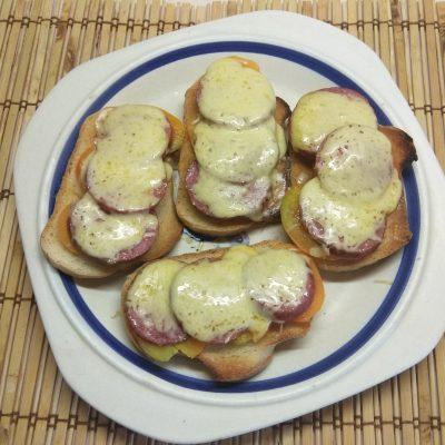 Быстрые горячие бутерброды с салями и помидорами - рецепт с фото