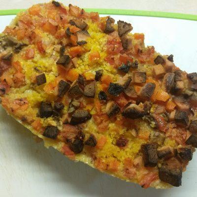 Фото рецепта - Кукурузный кекс с помидорами, грибами и колбасой - шаг 6