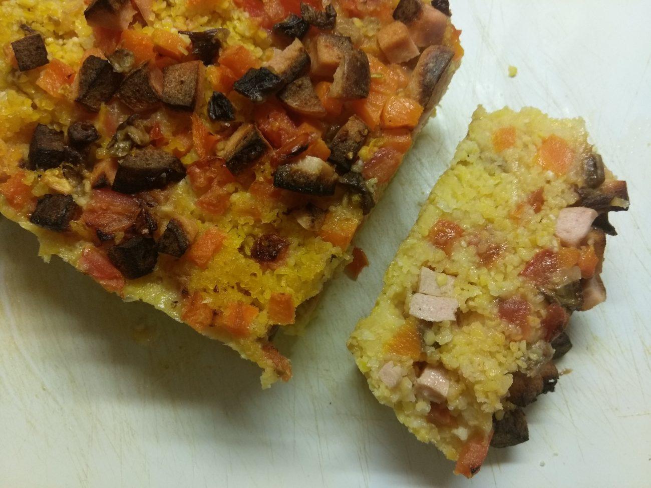 Кукурузный кекс с помидорами, грибами и колбасой