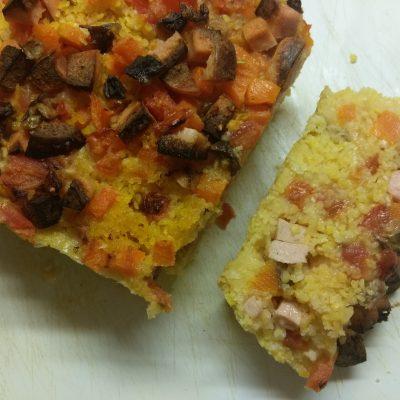 Кукурузный кекс с помидорами, грибами и колбасой - рецепт с фото