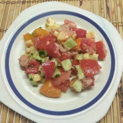 Салат из свежих овощей и консервированного тунца - рецепт с фото