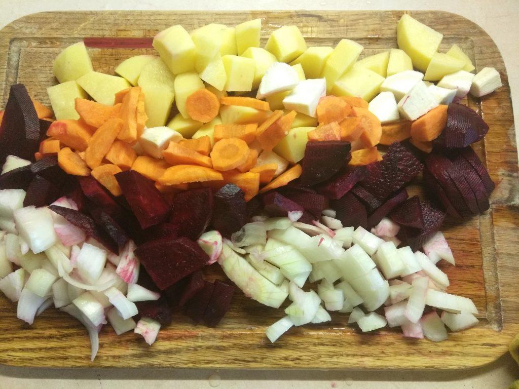Фото рецепта - Свекольный крем-суп с сушенными грибами - шаг 2
