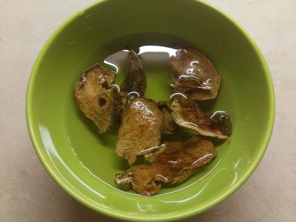 Фото рецепта - Свекольный крем-суп с сушенными грибами - шаг 1