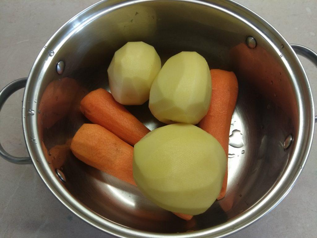 Фото рецепта - Гарнир – морковно-картофельное пюре с розмарином - шаг 1