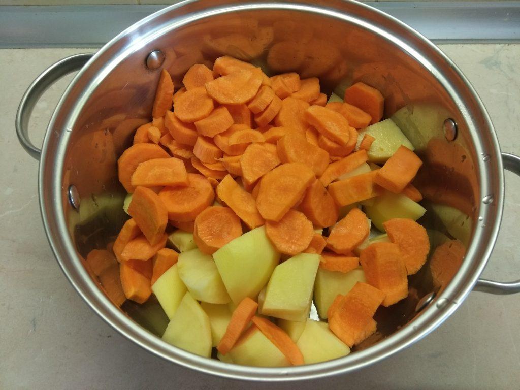 Фото рецепта - Гарнир – морковно-картофельное пюре с розмарином - шаг 2