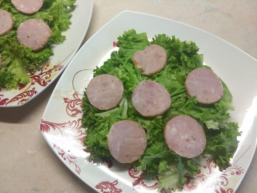 """Фото рецепта - Салат """"Летнее настроение"""" с виноградом и колбасой - шаг 2"""