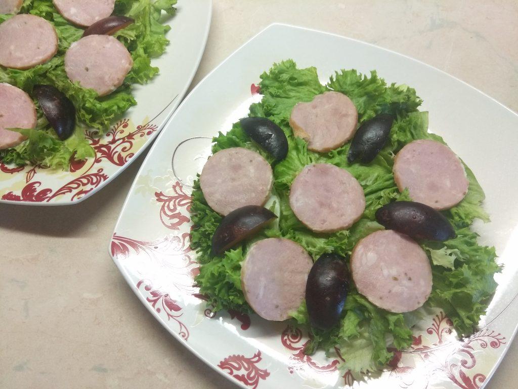 """Фото рецепта - Салат """"Летнее настроение"""" с виноградом и колбасой - шаг 3"""