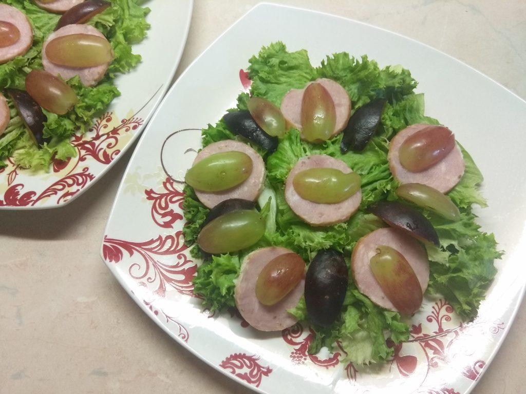 """Фото рецепта - Салат """"Летнее настроение"""" с виноградом и колбасой - шаг 4"""