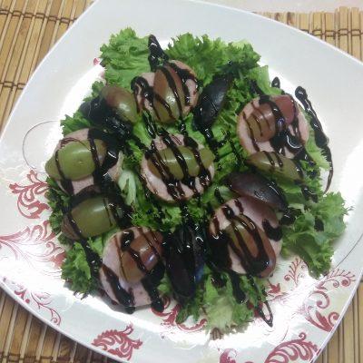 """Салат """"Летнее настроение"""" с виноградом и колбасой - рецепт с фото"""