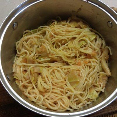 Фото рецепта - Паста, тушенная с помидорами и кабачками - шаг 5