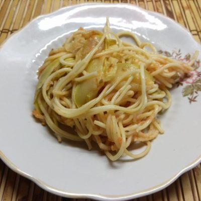 Фото рецепта - Паста, тушенная с помидорами и кабачками - шаг 6